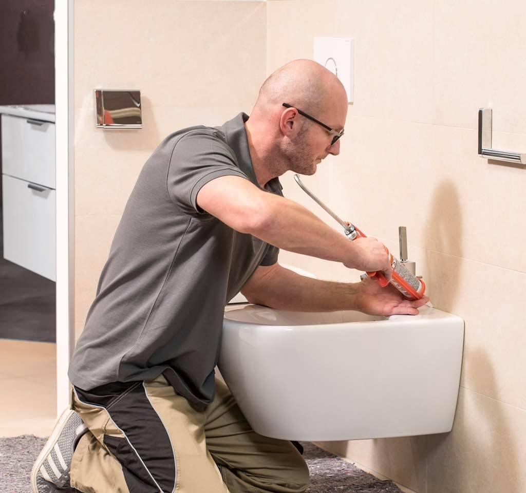 Profi montiert Toilette